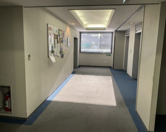 画像ブロックのサンプル写真、テンプル大学5階エレベーターホール